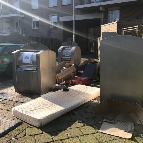 Afval naast de container